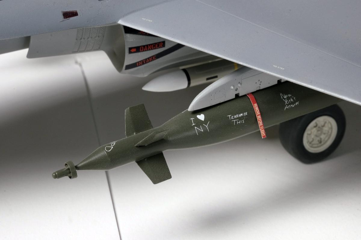 Bombs on 1/32 F-18